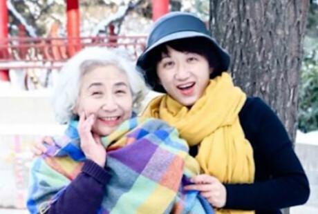 女大学生给妈妈姥姥化妆拍雪景:她们是最美的人