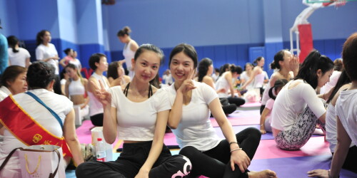 长沙举办千人瑜伽盛会 数百美女展现人体美学