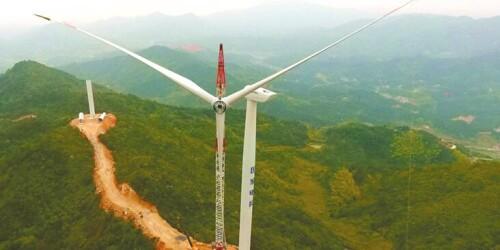 娄底双峰县紫云山风电场开始吊装风叶