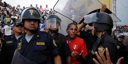 这里的街头足球太疯狂 50名警察保护裁判