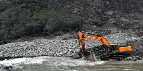 """四川茂县""""6·24""""山体垮塌:救援人员全力搜救"""