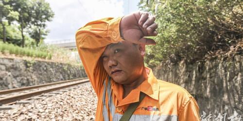 """头顶烈日  高温炙烤下的铁路""""巡热""""人"""