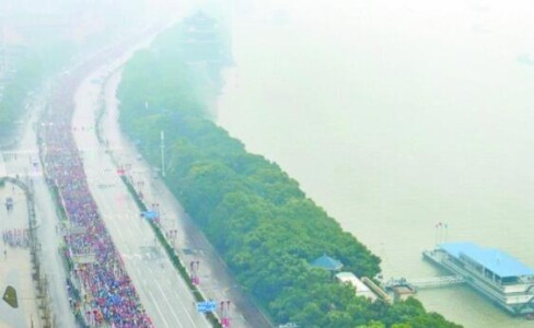 二万马拉松选手长沙竞跑