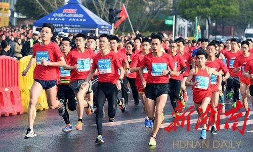 长沙城市马拉松开跑