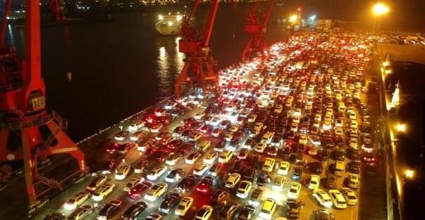 琼州海峡万余辆汽车等待过海