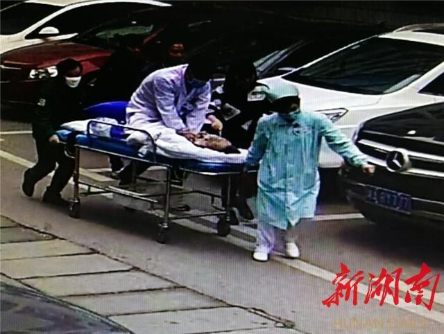 【新湖南】[长沙] 跳上担架床抢救患者 为81..