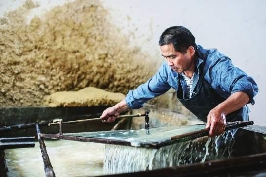 滩头手工抄纸国家级非遗传承人李志军正在他的烟冲古纸作坊抄纸.