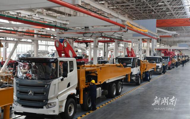 (2月5日,长沙县三一重工园区,技术工人在泵送装配线上调试泵车。资料图 湖南日报·新湖南客户端记者 郭立亮 摄)