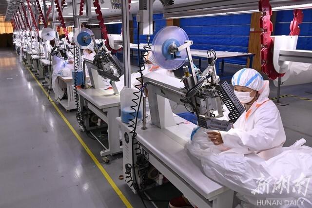 (梦洁生产车间内,经过培训的工人正在生产制作医用防护服。资料图 湖南日报·新湖南客户端记者 童迪 摄)