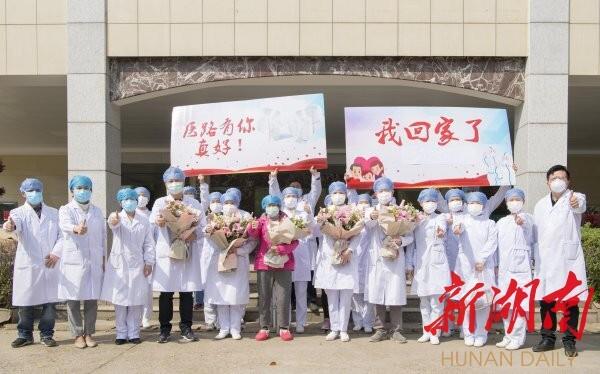 3月14日,长沙市第一医院北院,医护人员欢送最后一名新冠肺炎确诊患者治愈出院。当天,湖南省新冠肺炎住院确诊病例实现清零。湖南日报·新湖南客户端记者 唐俊 段涵敏 摄影报道