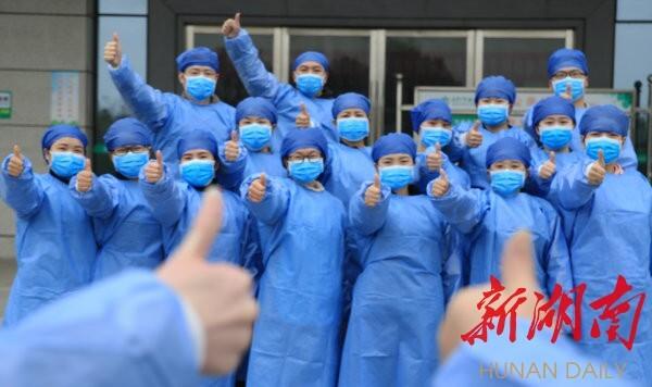 3月2日,衡阳市南华大学附属南华医院,康复的新冠肺炎确诊患者竖起大拇指给医务工作者点赞。廖红伍 曹正平 摄影报道