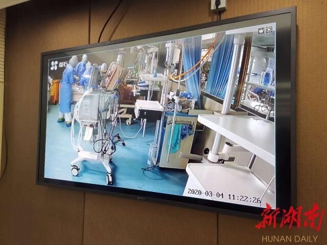 3月4日,株洲市新冠肺炎定点集中隔离救治医院,全省首位ECMO脱机重症患者邓女士,通过视频连线竖起大拇指,感谢医护人员。通讯员 摄影报道