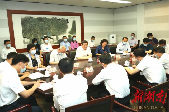 杜家毫看望慰问湖南代表团人大工作人员