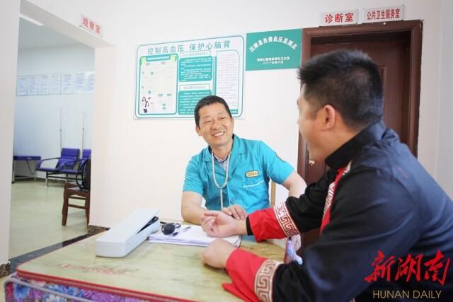 4月28日,沅陵县明溪口镇胡家溪村卫生室,覃爱华医生在为村民问诊。湖南日报记者 王立三 张京明 摄