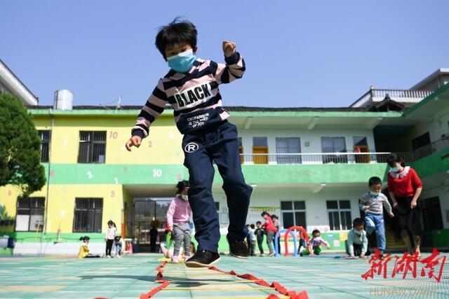 4月28日,新化县曹家镇水竹村幼儿园,小朋友在进行户外活动。湖南日报记者 傅聪 摄
