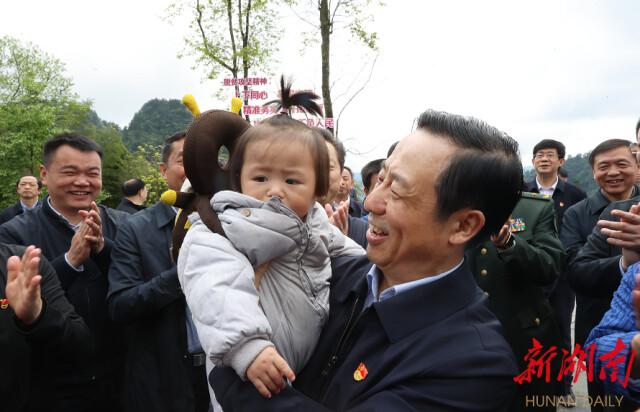 被省委书记许达哲抱在怀中的孩子,有着怎样的故事