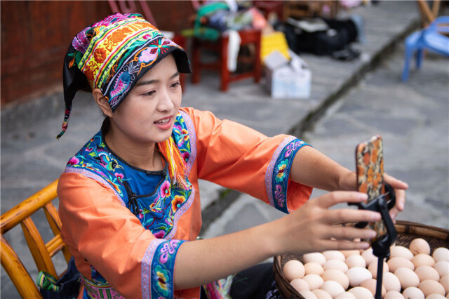 在湘西十八洞村,施林娇在直播开始前调整手机(7月3日摄)。新华社记者 陈思汗 摄