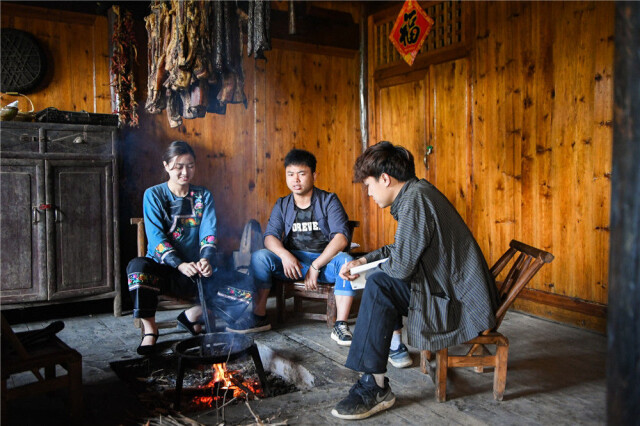 在湘西十八洞村,施林娇(左)与其他两名返乡大学生一起讨论视频拍摄计划(4月9日摄)。新华社记者 陈思汗 摄