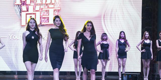 环球尚主时尚秀北京举行 佳丽T台秀身段