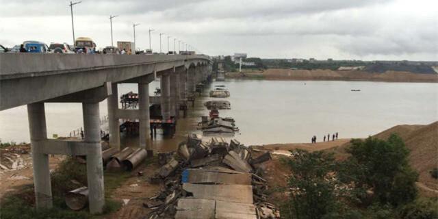 江西省泰和县一桥梁发生坍塌 现场有车辆被压