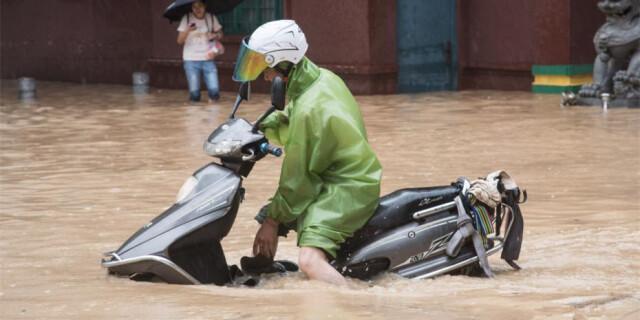 """强台风""""莫兰蒂""""致福州受淹 市民出行受阻"""