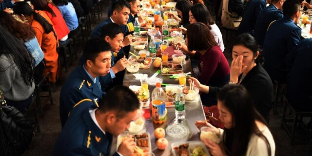 武汉军营遭遇爱情攻势 500名女青年争当军嫂