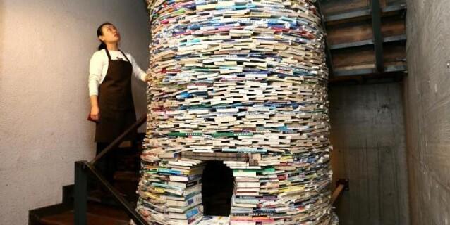 """西安陪读妈妈用4吨书搭6米高""""书井"""""""