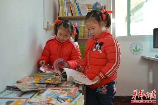 自强图书�k走进碧溪 2000册书籍成孩子们新年礼物
