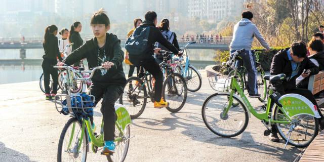 5岁男童玩共享单车手指被卡 12岁以下不能骑单车