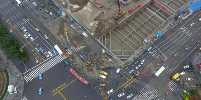 山西太原主干道路面塌陷 面积约50平米