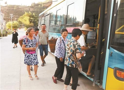 公交开进贫困村