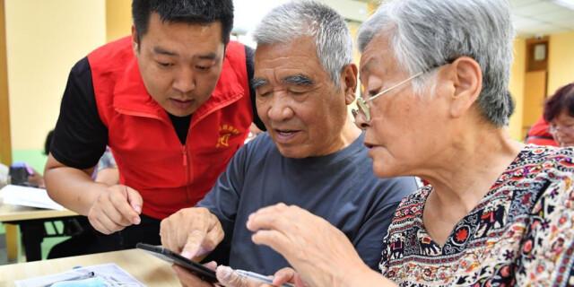 陕西咸阳:教老年人使用智能手机
