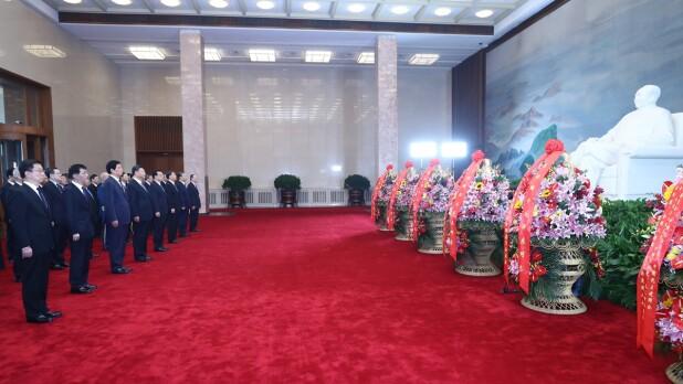 习近平等党和国家领导人瞻仰毛泽东同志遗容