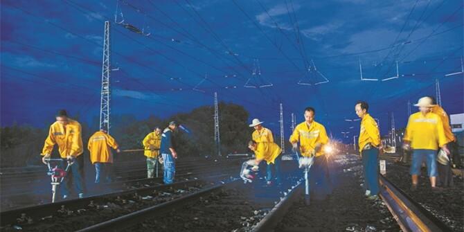 """工作人员凌晨""""铺路"""" 确保石长线如期通车"""