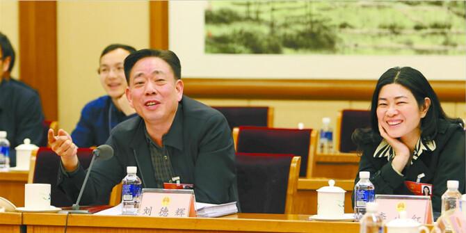 湖南代表团代表认真审议大会各项报告