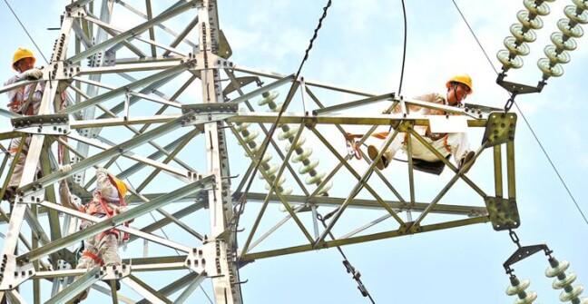 电力工人奋战高温保供电