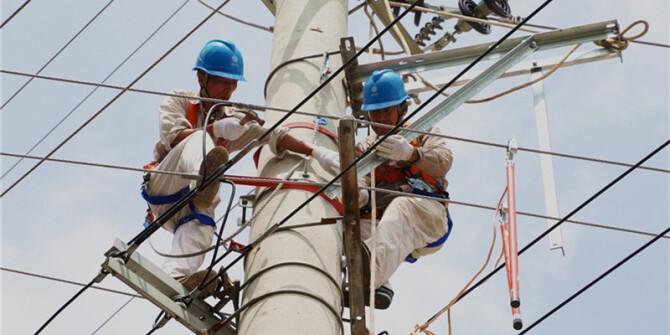 迎峰度夏保供电 让我们向电力工人致敬