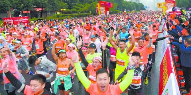 2018长沙国际马拉松赛举行 近2.4万名选手雨中畅跑