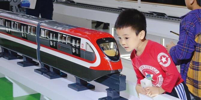 观众参观展出的各类列车模型