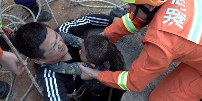 小孩意外坠井 路人热心救援