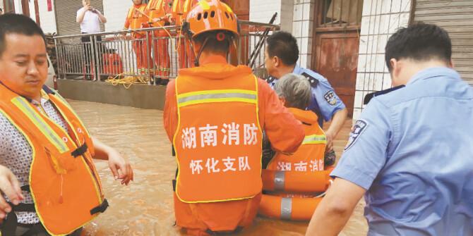 洪水中转移被困群众
