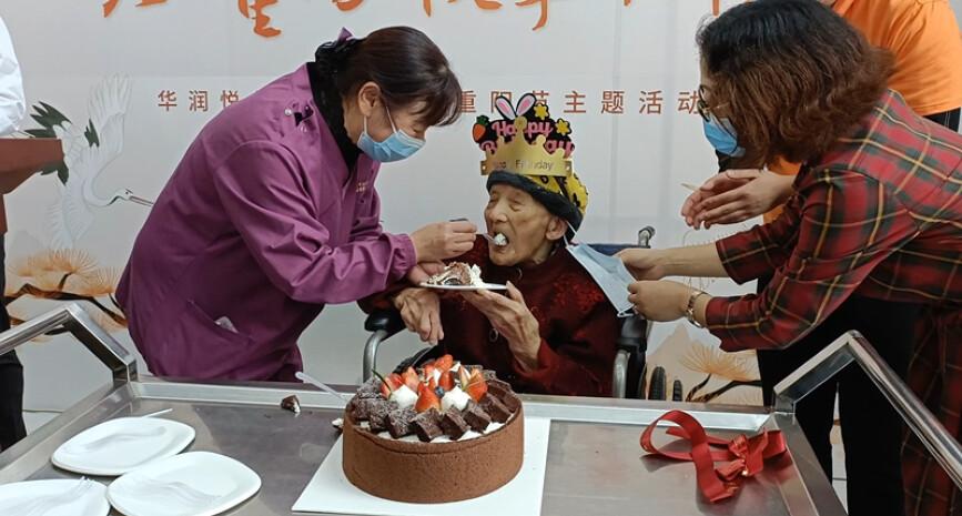 """101岁长沙娭毑温馨庆生,""""这个蛋糕很好吃"""""""