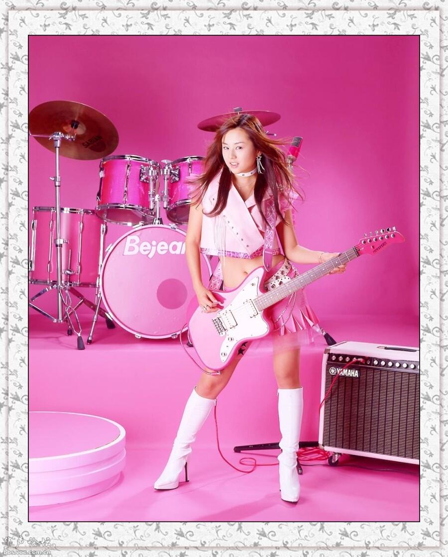 弹吉他的粉红美女----精彩大图