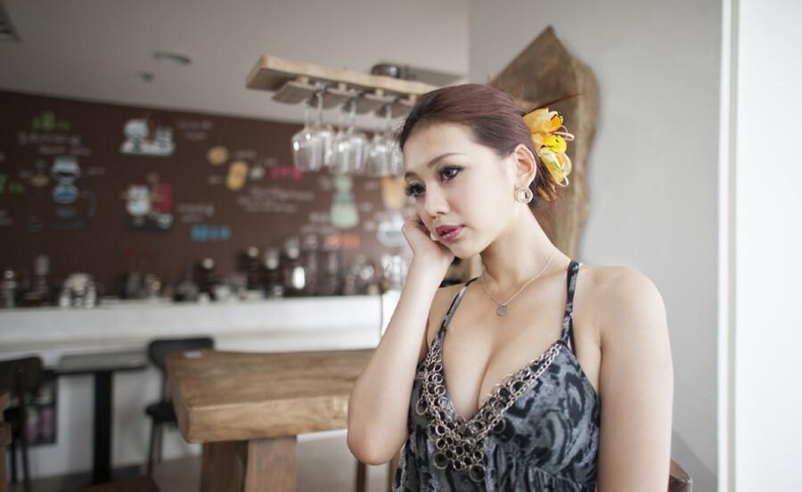 … 咖啡厅的老板娘 32P … 美女人体艺术