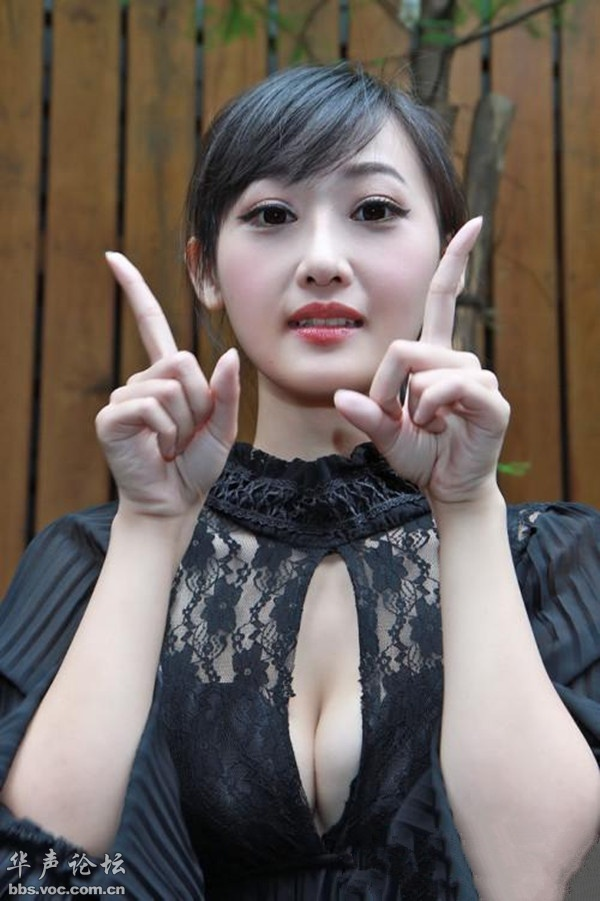 纯情美女开胸装写真高清照片 贴图 美女人体