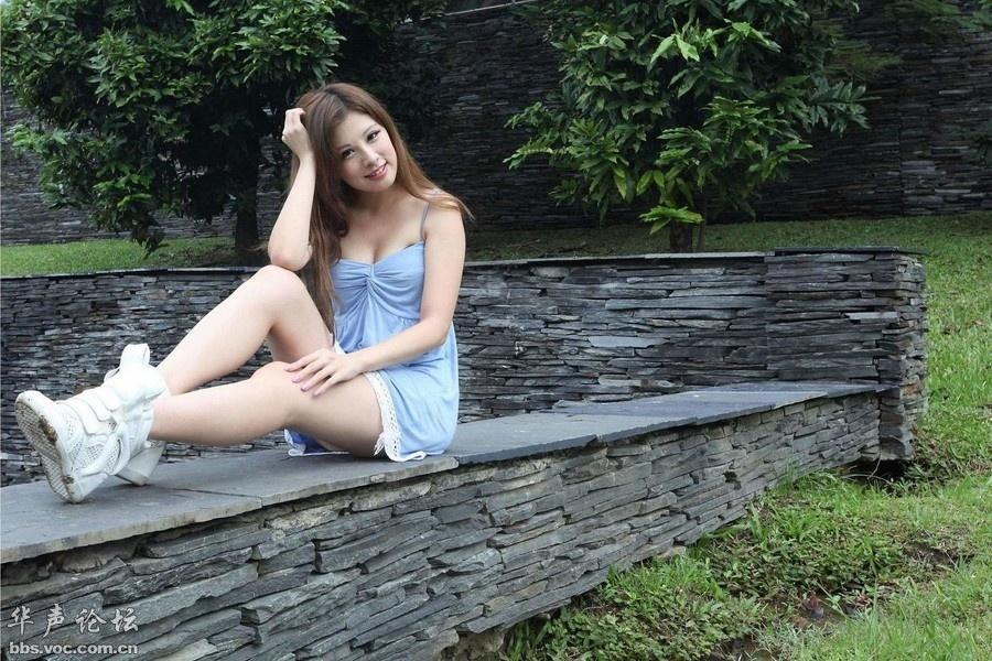 白皙迷人小美女公园高清拍摄 美女人体艺术