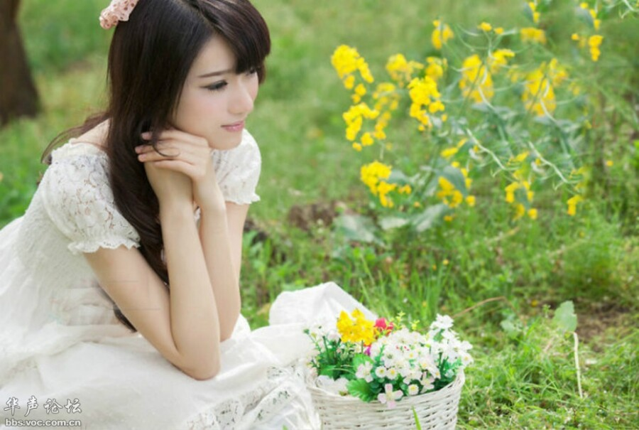 [贴图]白衣女孩赏小菊花
