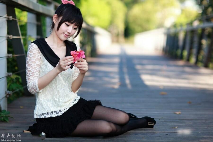 [贴图]美少女在公园小路上的风情可爱写真