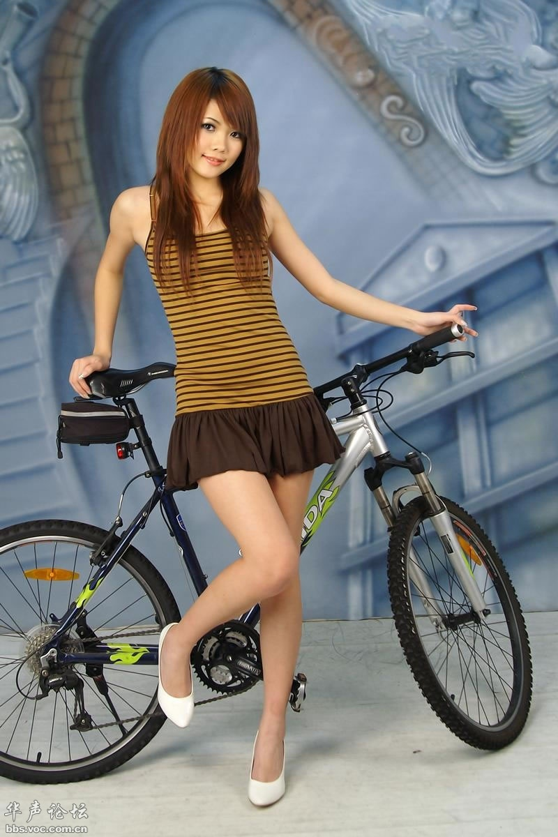 热爱自行车的超短裙高跟美女/网络