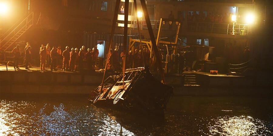 重庆万州坠江公交车10月31日晚被打捞出水